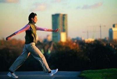 为什么人走路时胳膊手臂前后摆动?